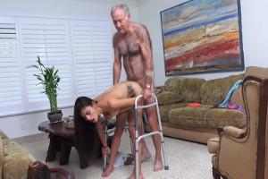 Usa el andador para poder montar sin descanso a su joven nieta