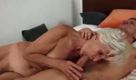 Usa lencería sexy para motivar a su nieto y follárselo en casa