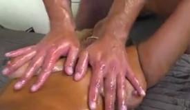 Uso crema y masajeo a mi suegra para terminar follando juntos