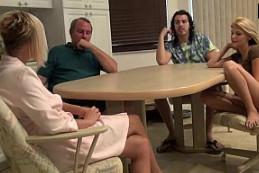 Van de vacaciones y terminan follando todos en familia