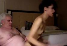 Viejo pervertido se lanza a follar con su nieta y lo graba